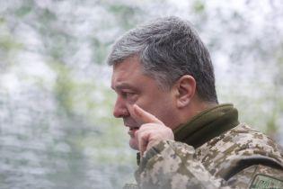 Порошенко приказал бойцам на Донбассе отвечать на огонь боевиков из всего имеющегося оружия