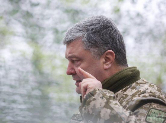 Порошенко наказав бійцям на Донбасі відповідати на вогонь бойовиків з усієї наявної зброї
