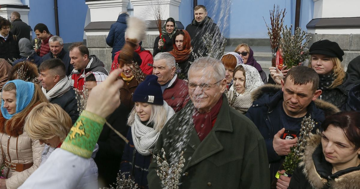 Віряни принесли до церкви гілочки верби @ Reuters