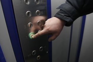 Во Львове годовалый ребенок в коляске застрял в лифте