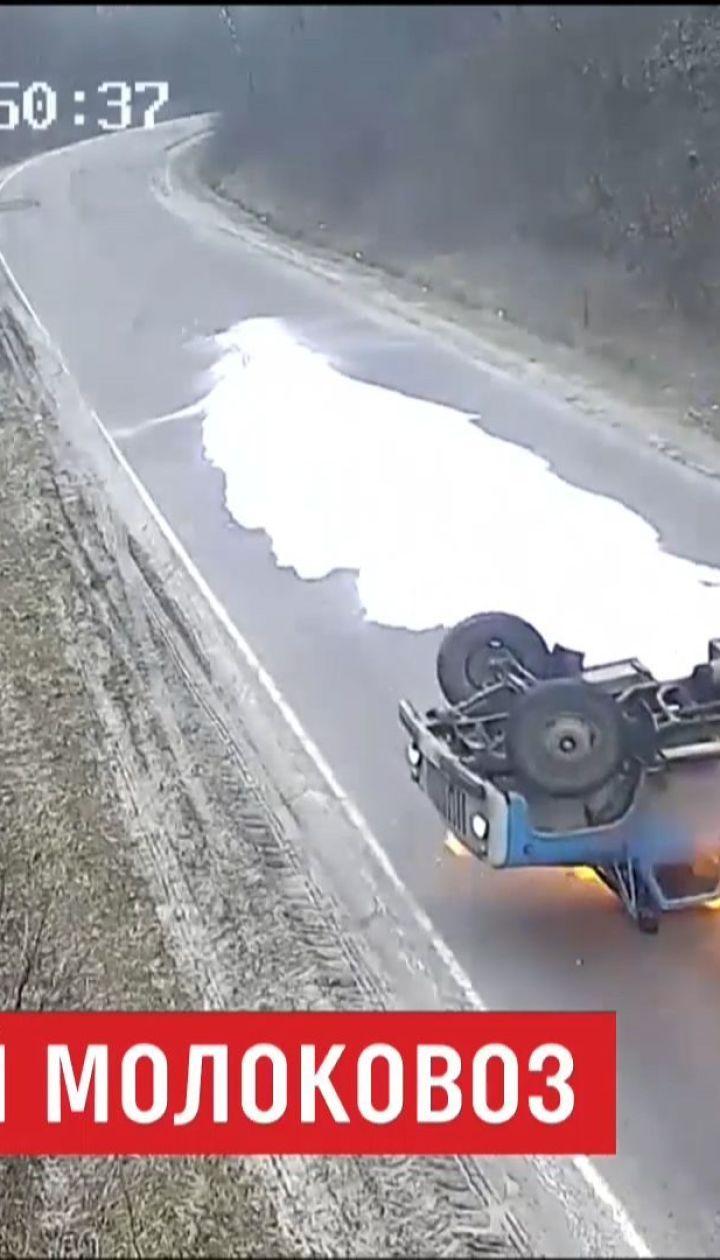 На Тернопільщині перевернувся і загорівся молоковоз