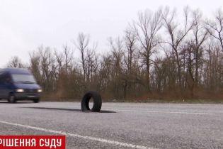 На Дніпропетровщині поліція відібрала права у водія за потрапляння у 5-метрову вибоїну на трасі