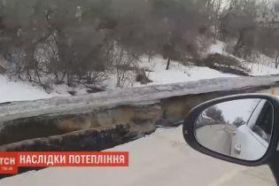 Наводнение образовало километровую пропасть вдоль трассы Сумы - Киев