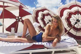 Топлес на пляже: Тони Гаррн показала, как проводит время с подругами