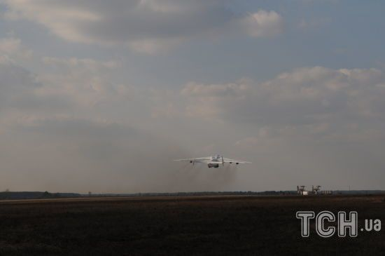 """АН-225 """"Мрія"""" доправляє з Китаю рекордні вантажі масок та тестів на коронавірус у різні країни: як працюється екіпажу"""