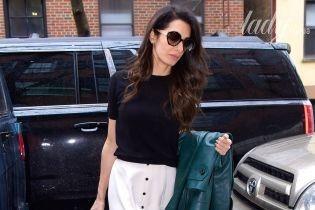 В юбке миди и необычных туфлях: молодая мама Амаль Клуни в объективах папарацци