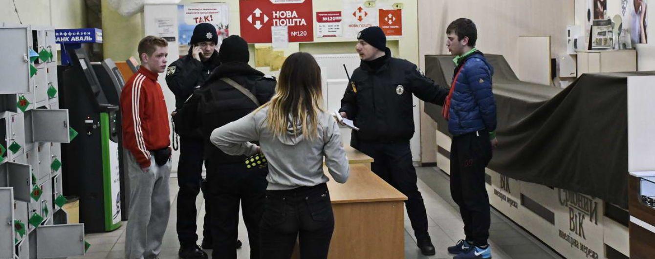 В Киеве группа молодых людей избила продюсера телеканала и напала с ножом на охранника супермаркета