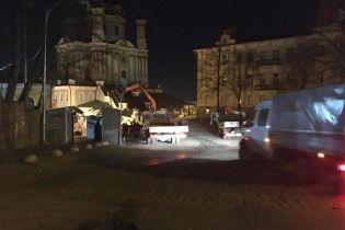 В Киеве посреди ночи убрали МАФовый городок с Андреевского спуска
