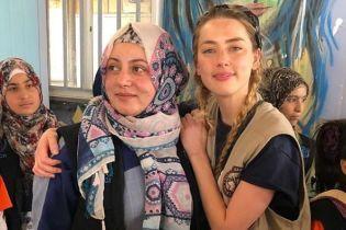 По следам Анджелины Джоли: Эмбер Херд побывала в лагере сирийских беженцев
