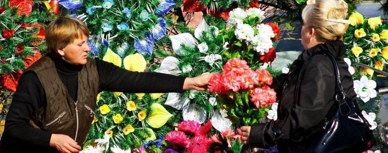 Экологи призывают не покупать пластиковые цветы для могил. Советуют использовать хвою и сухоцветы
