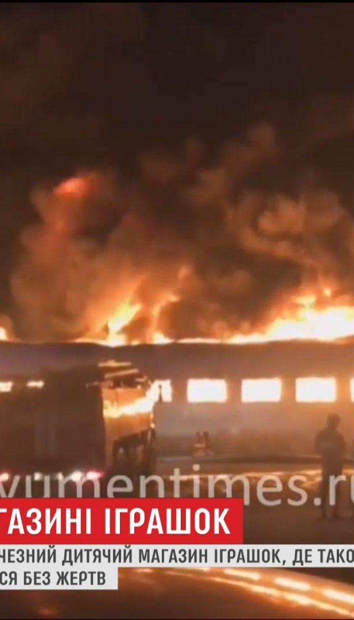 В Тюмени ночью произошел пожар в детском магазине с игровыми комнатами