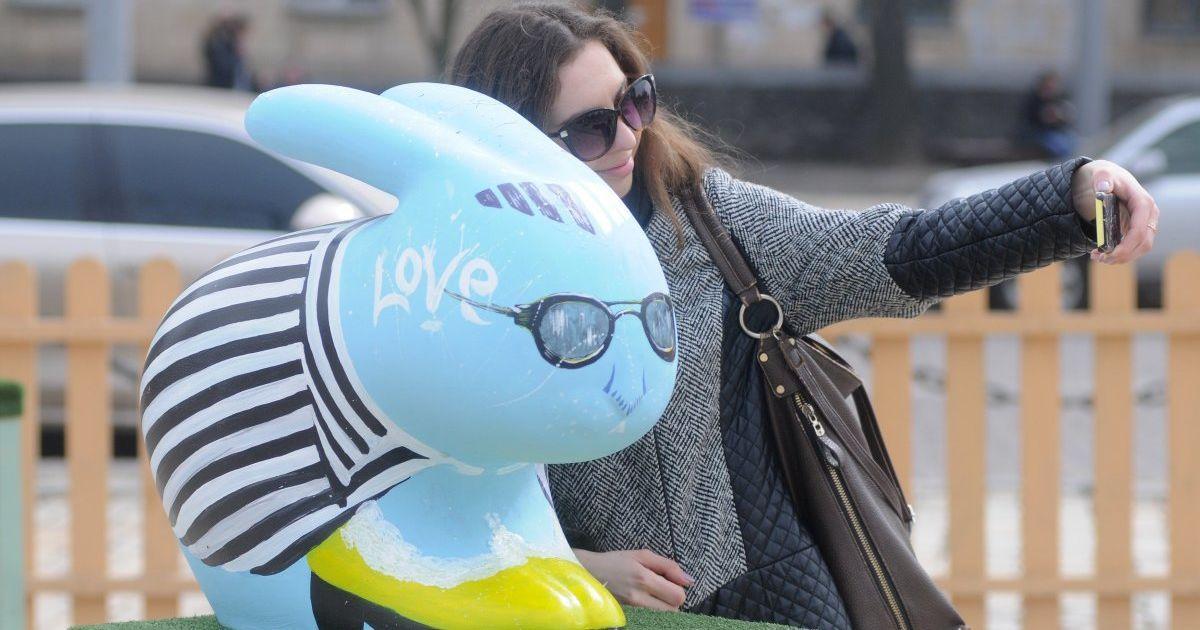В Киеве под открытым небом устроили выставку пасхальных зайцев-писанок