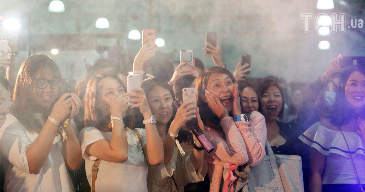 """Девушки смотрят выступление стриптизеров из команды """"Badboys Australia"""". @ Reuters"""