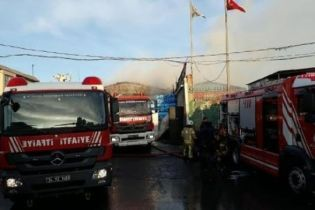 В Стамбуле мощный пожар уничтожил фабрику