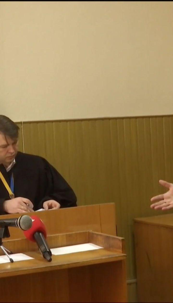 Скандальний суддя порізав собі руку ручкою, дізнавшись про цілодобовий домашній арешт