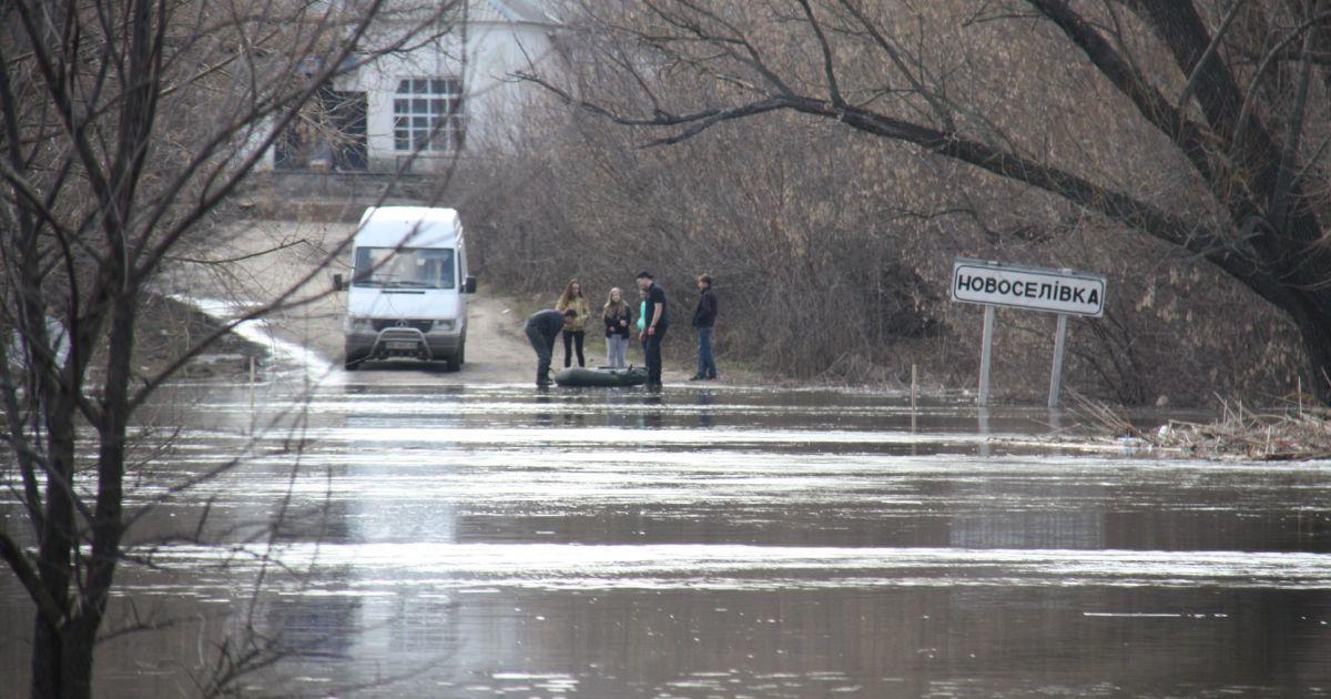 На Луганщині водою залило дороги та підтопило мости