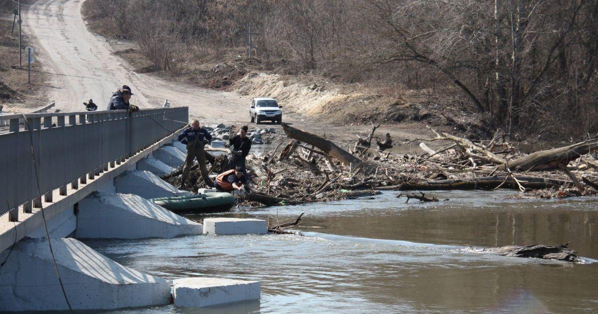 На Луганщине водой залило дороги и подтопило мосты