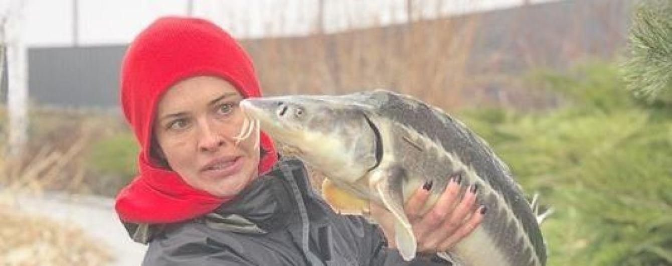 Даша Астафьева показала, как рыбачила с мужем Алены Шоптенко