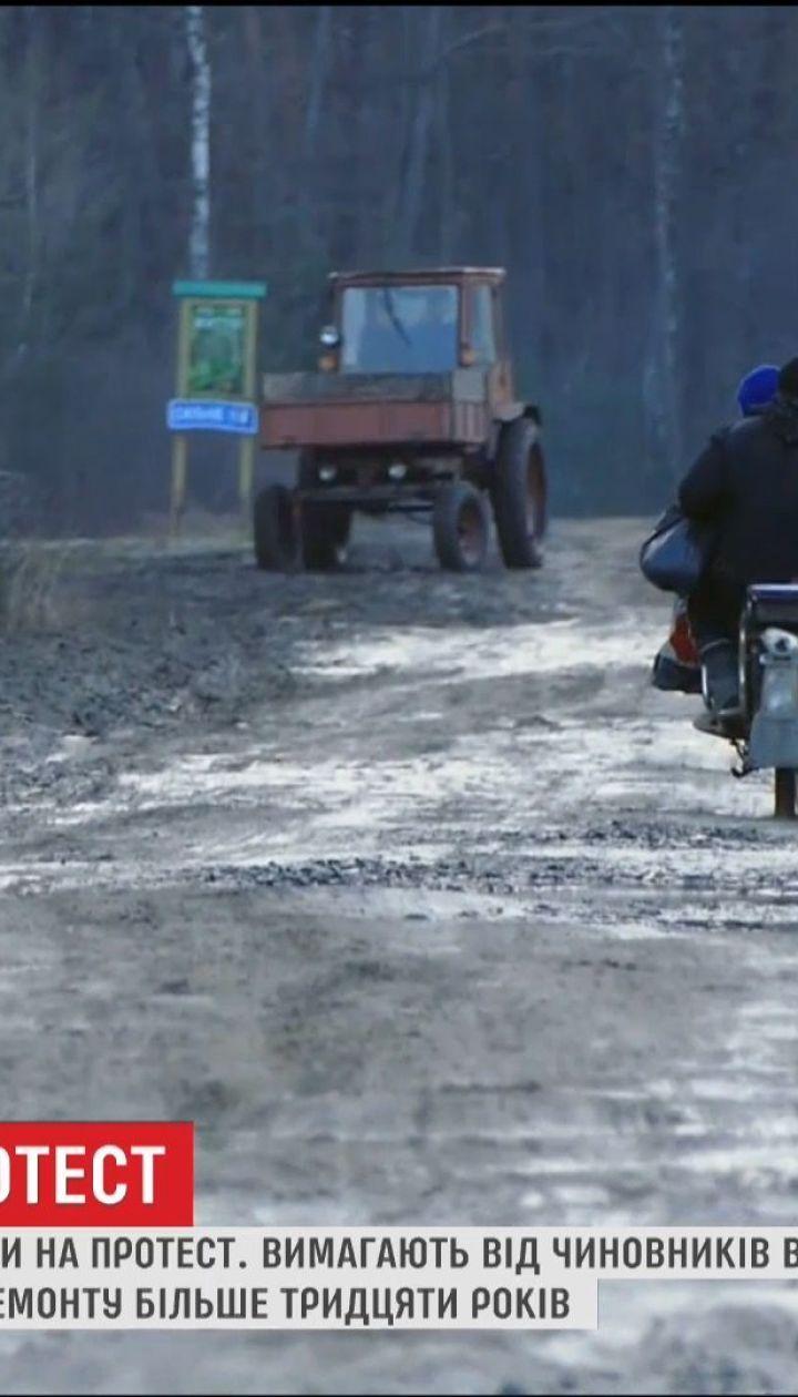 На Волыни жители нескольких сел устроили протест с требованием ремонта дороги областного значения