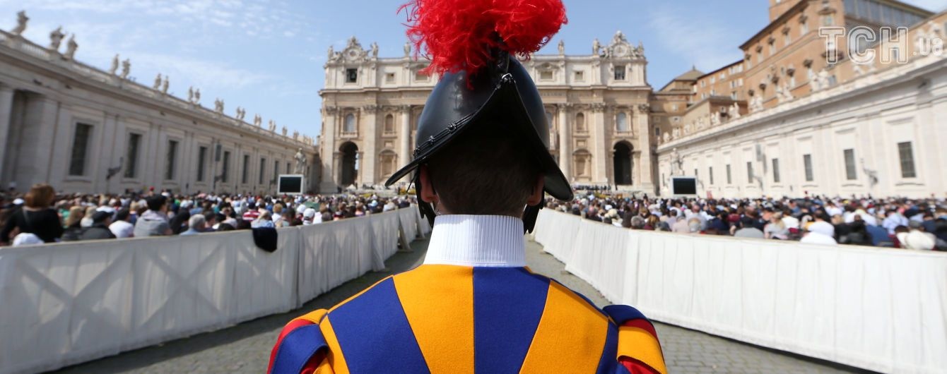 У Ватикані машина в'їхала в гурт людей, серед постраждалих діти