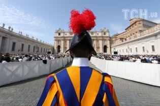 В Ватикане машина въехала в группу людей, среди пострадавших дети