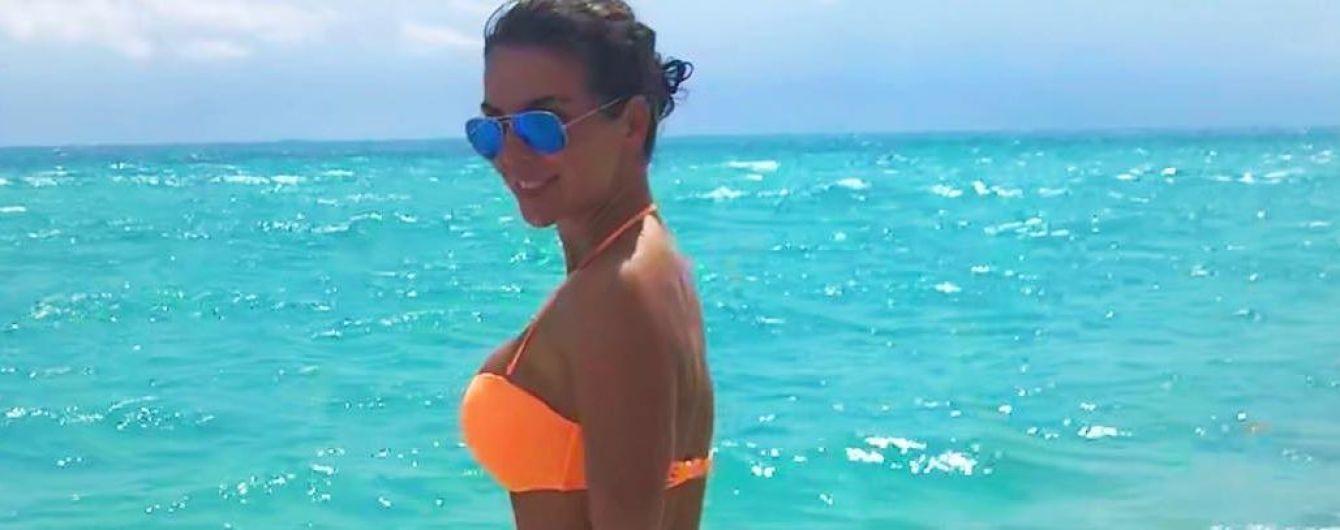 В ярком бикини на фоне океана: Анна Седокова поделилась пляжными снимками