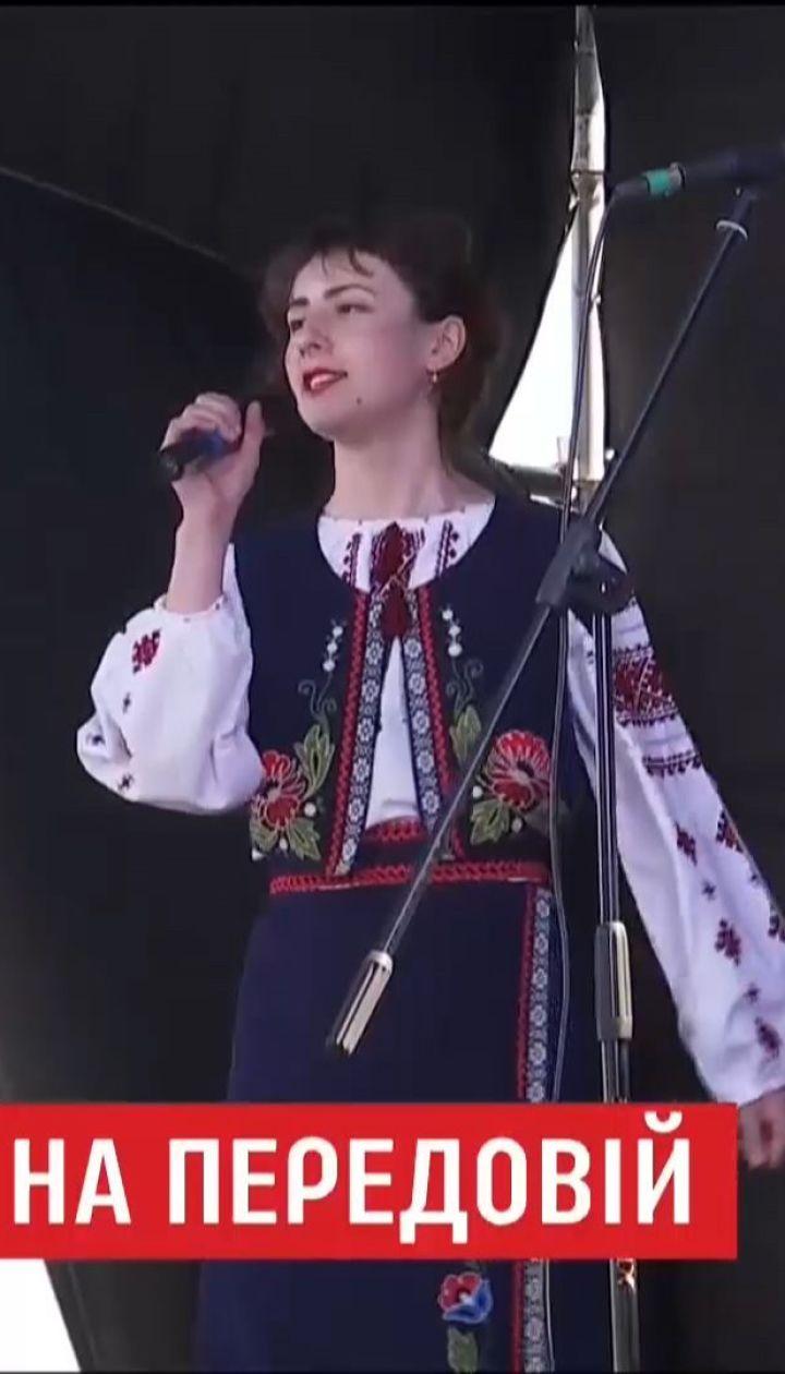 В километре от Авдеевки группы со всей страны затянули украинские песни