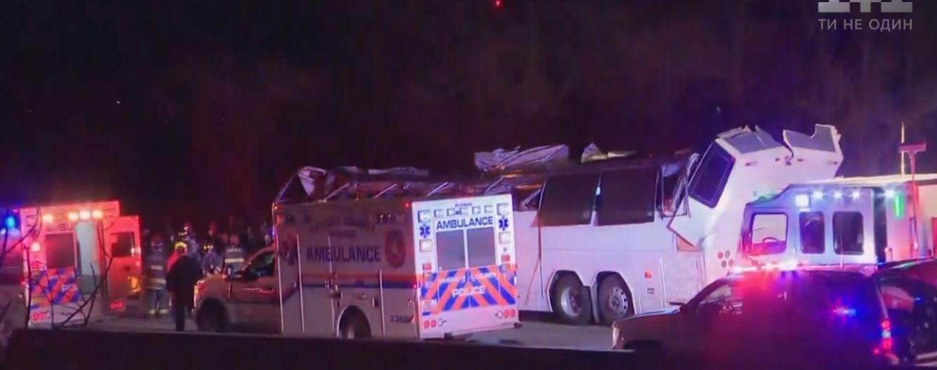 В США автобус со школьниками врезался в низкий мост и ему снесло крышу. Пострадавших - больше 40