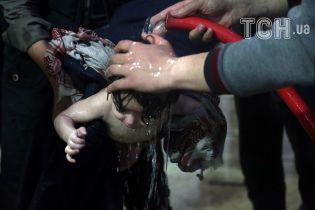 Расширенные зрачки, а изо рта идет пена. В Сирии людей массово отравили химическим оружием