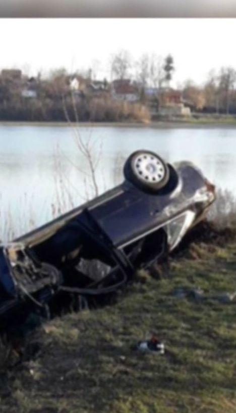 На Тернопольщине девушка выжила после того, как авто слетело в озеро