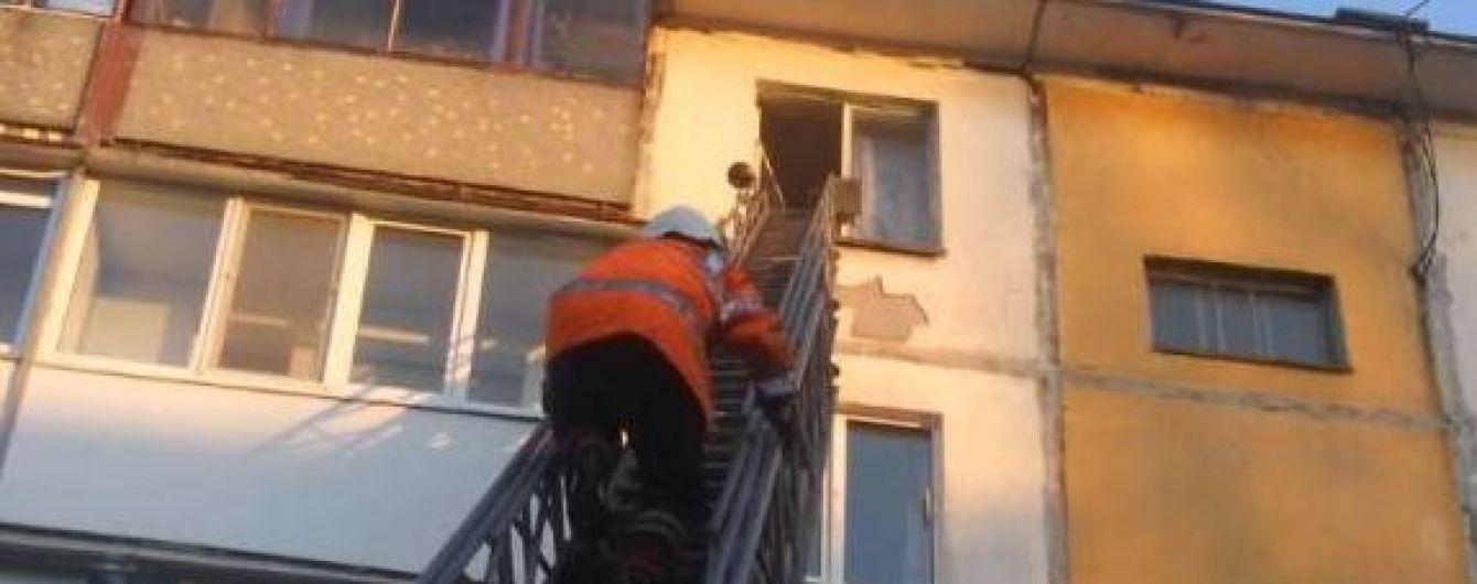 В Кременчуге заметили маленького ребенка в окне, который сидел и плакал