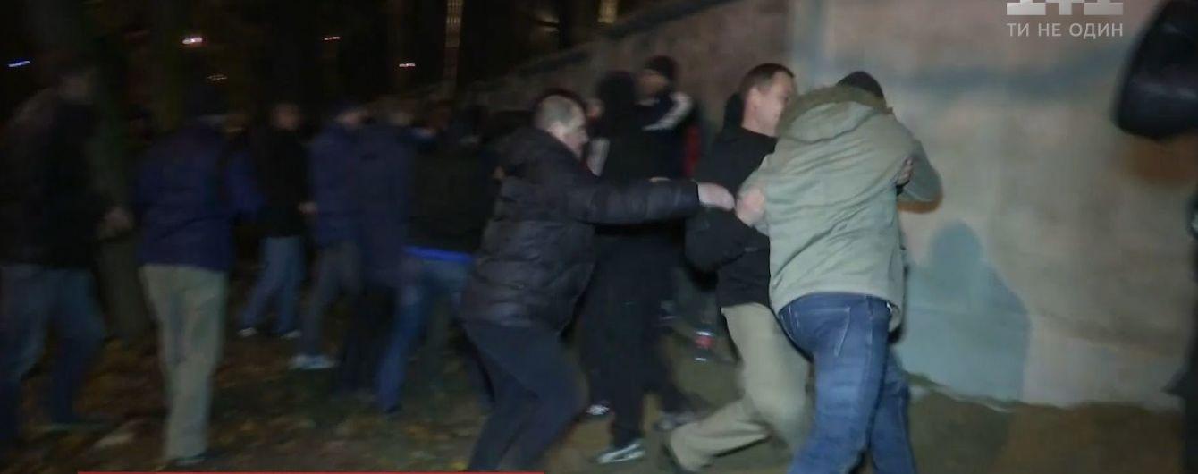 У Києві люди повалили паркан і підпалили вагончики забудовника