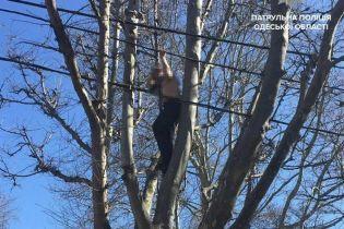 На Одещині патрульні стягнули з дерева та врятували самогубця