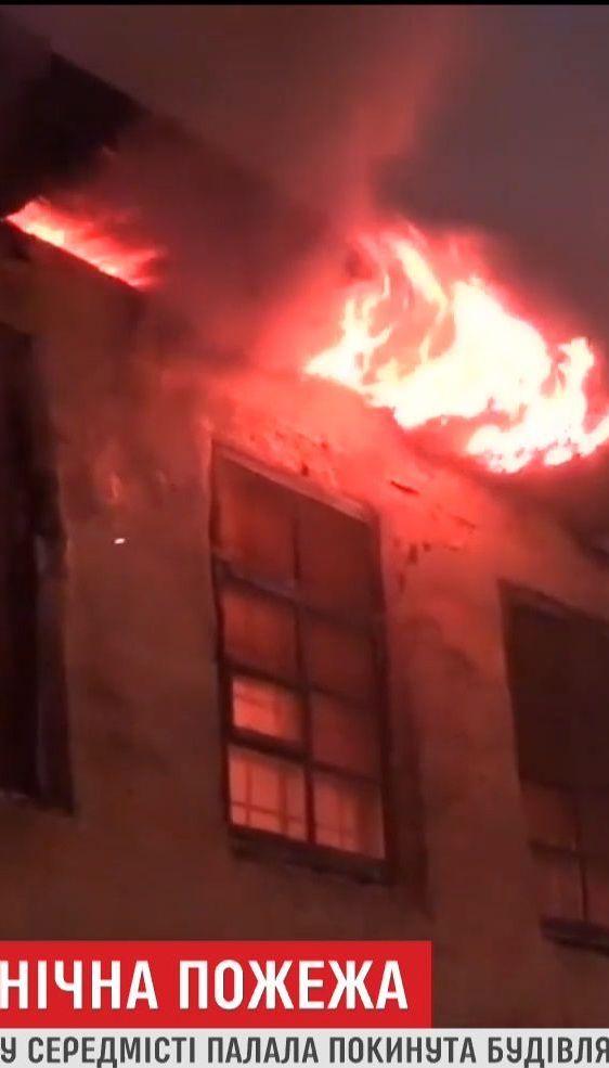 У середмісті Дніпра пожежники тривалий час не могли загасити пожежу
