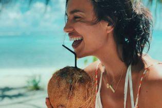 В новом бикини и с кокосом: Ирина Шейк поделилась новым кадром с отпуска