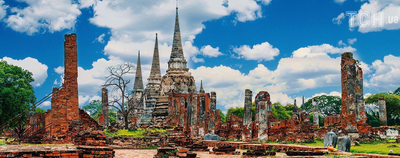 Загублене у лісах Таїланду місто вражає зруйнованими палацами та чеді-храмами