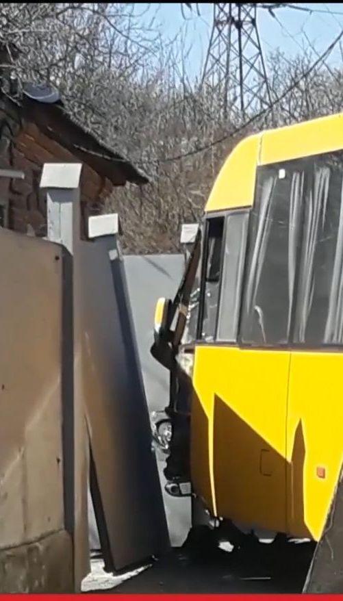 В Сумах водитель маршрутки снес электроопору и забор из-за открытого люка на дороге