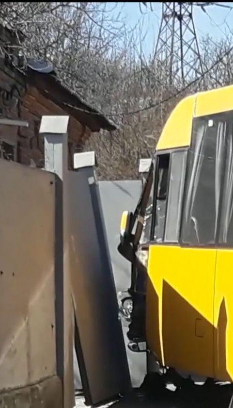 У Сумах водій маршрутки зніс електроопору та паркан через відкритий люк на дорозі