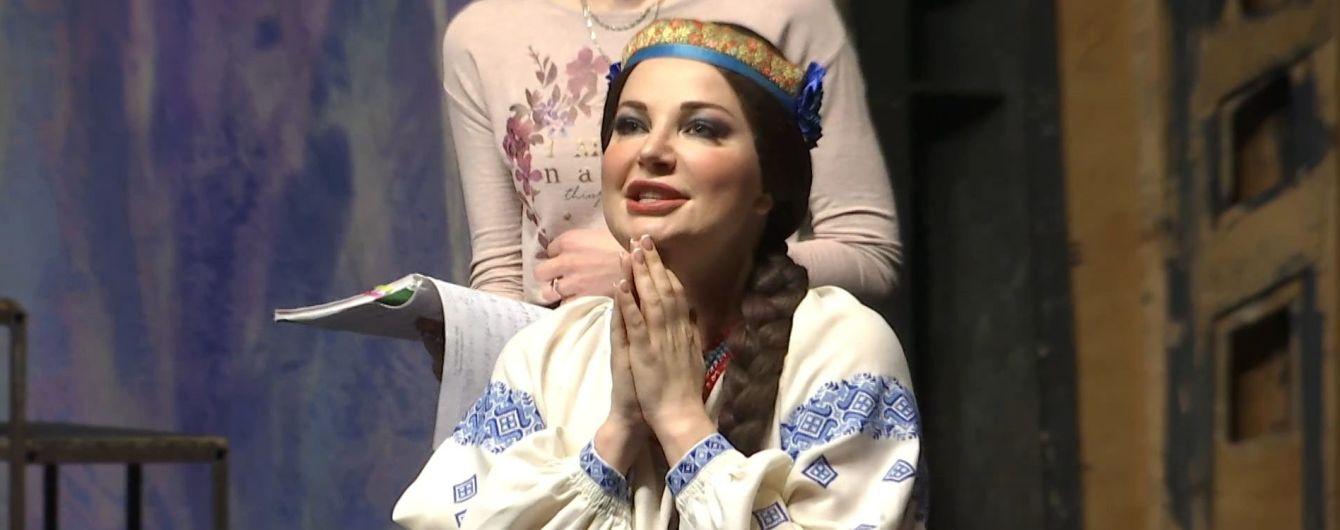 Максакова перетворилась на козачку-брюнетку на сцені та розповіла про нове життя
