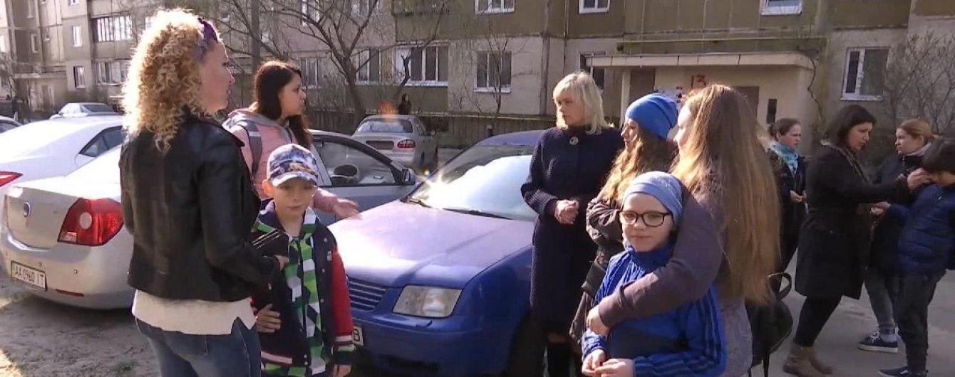У Києві 8-річний хлопчик, який тероризував однокласників, продовжує бити дітей у новій школі