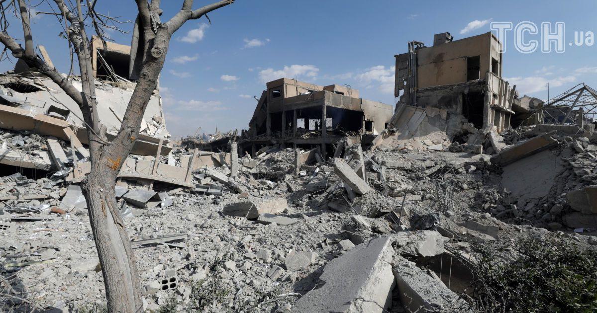 Величезні вирви на місці складів із хімзброєю. З'явилися супутникові фото до та після удару по Сирії