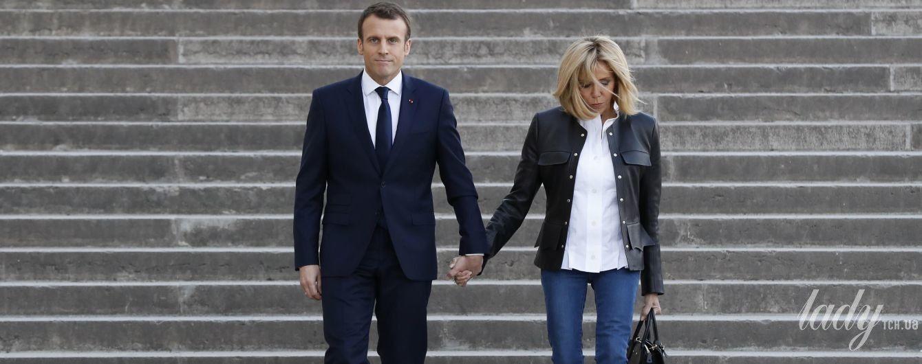 В джинсах и на каблуках: Брижит Макрон в эффектном образе сопровождала мужа на встрече