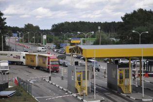 На границе со Словакией и Польшей сотни автомобилей остановились в очередях