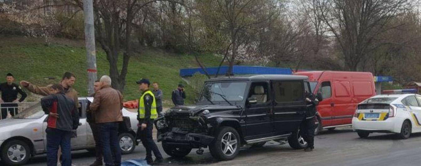 В Киеве пьяный автомойщик устроил ДТП, пытаясь похитить элитную машину