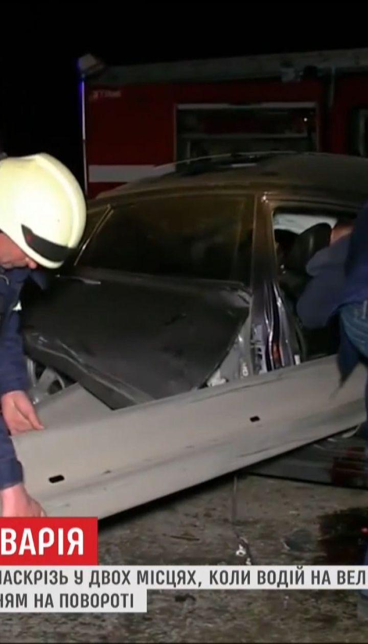 Авто влетіло у відбійник на Дніпропетровщині, двоє осіб постраждали