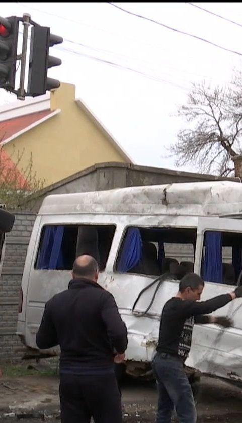 В Одессе маршрутка столкнулась с грузовиком, есть пострадавшие