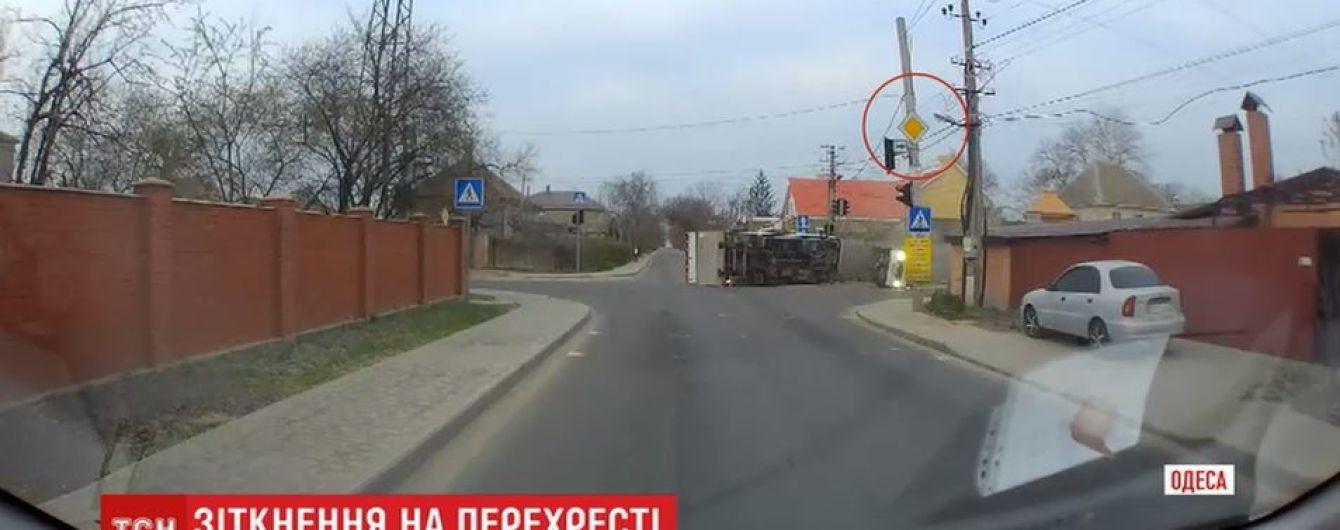 """Появилось видео, как в Одессе маршрутка вылетела на перекресток и """"снесла"""" грузовик"""