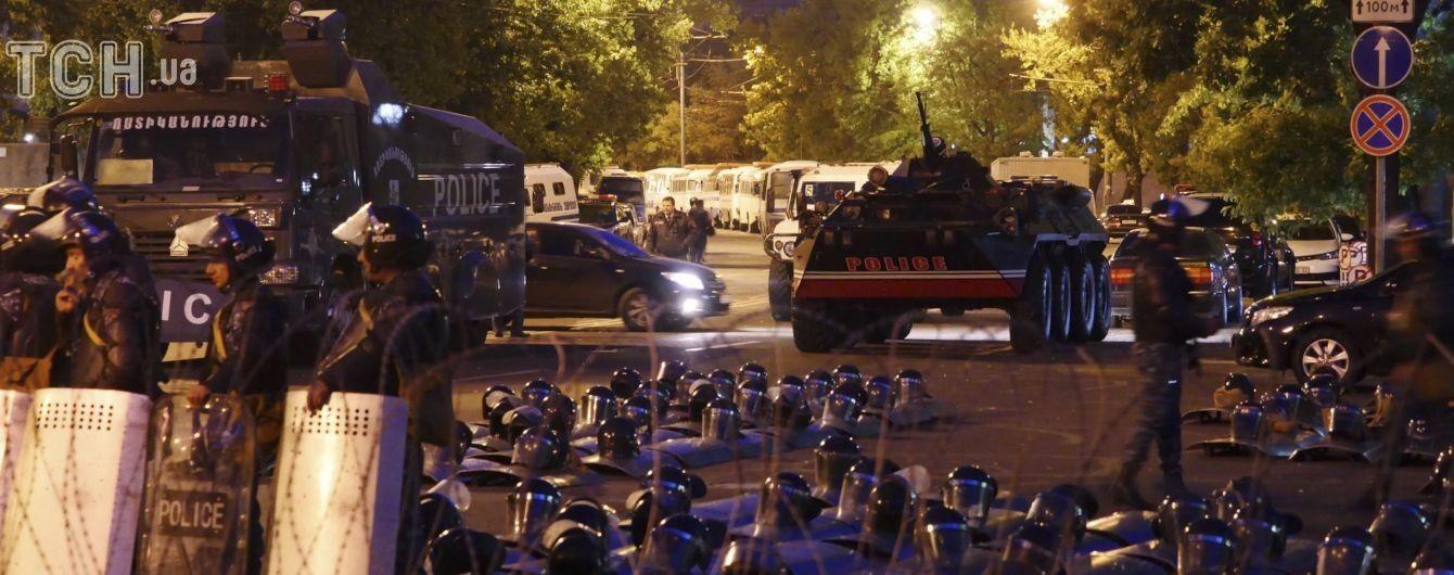 У Вірменії тривають масові протести. Поліція попередила про силовий розгін
