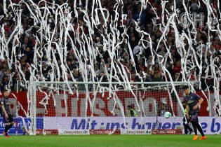 Болельщики забросали поле туалетной бумагой на матче Бундеслиги