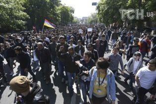 В Ереване митингующие взяли в осаду резиденцию премьер-министра Армении